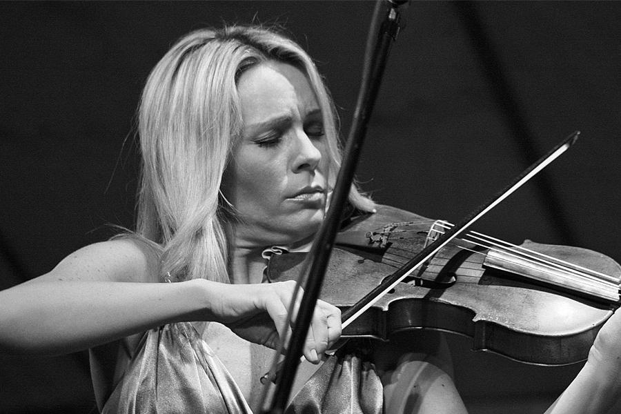 Camerata UNAB recibe a la violinista Jitka Hosprova