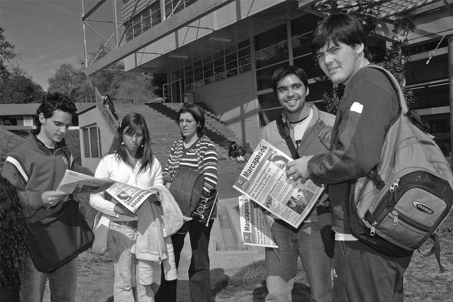 """Entrega del diario """"Marcapasos"""" realizado por Prensa UNAB (2004)."""