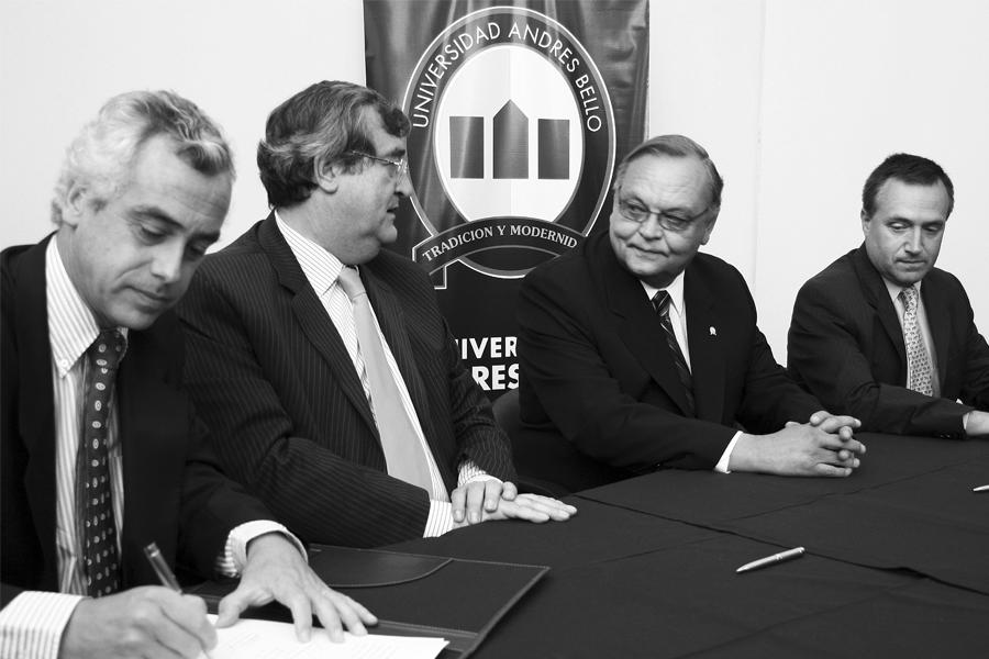 Firma del convenio entre la Universidad Andrés Bello y Clínica Indisa (2007).